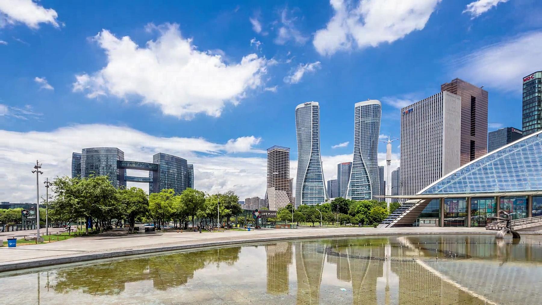 现代城市中靠近水的现代建筑延时摄影