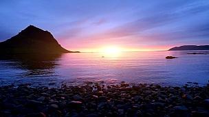 冰岛奇妙的日落,一座陡峭的山和粉红色的天空构成了一幅令人难以置信的画面