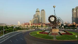 天津繁忙交通圈和行人步行的鸟瞰。