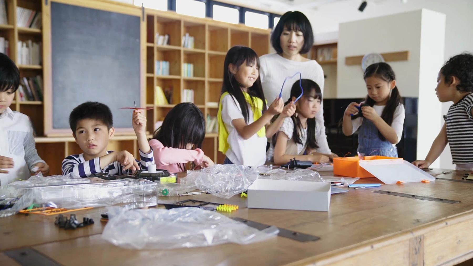 学校的孩子们在课余活动中玩机器人