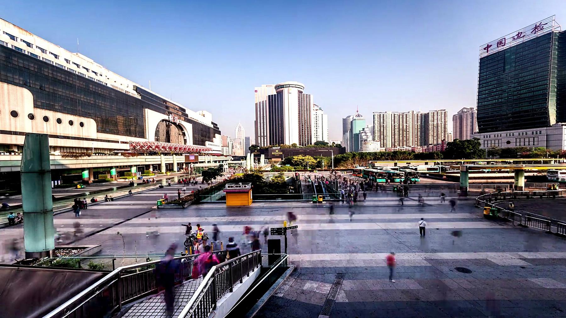 中国深圳-2014年11月22日 公交车站就在中国深圳火车站外