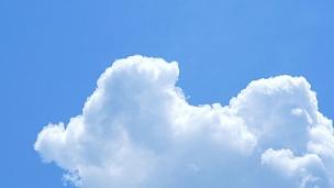 夏日天空的移动云