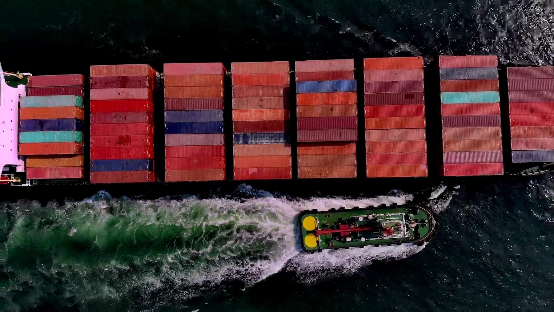 集装箱货船和运输,商务国际贸易和集装箱物流进出口港口到国际港口/货船通过港口-从无人驾驶飞机俯瞰