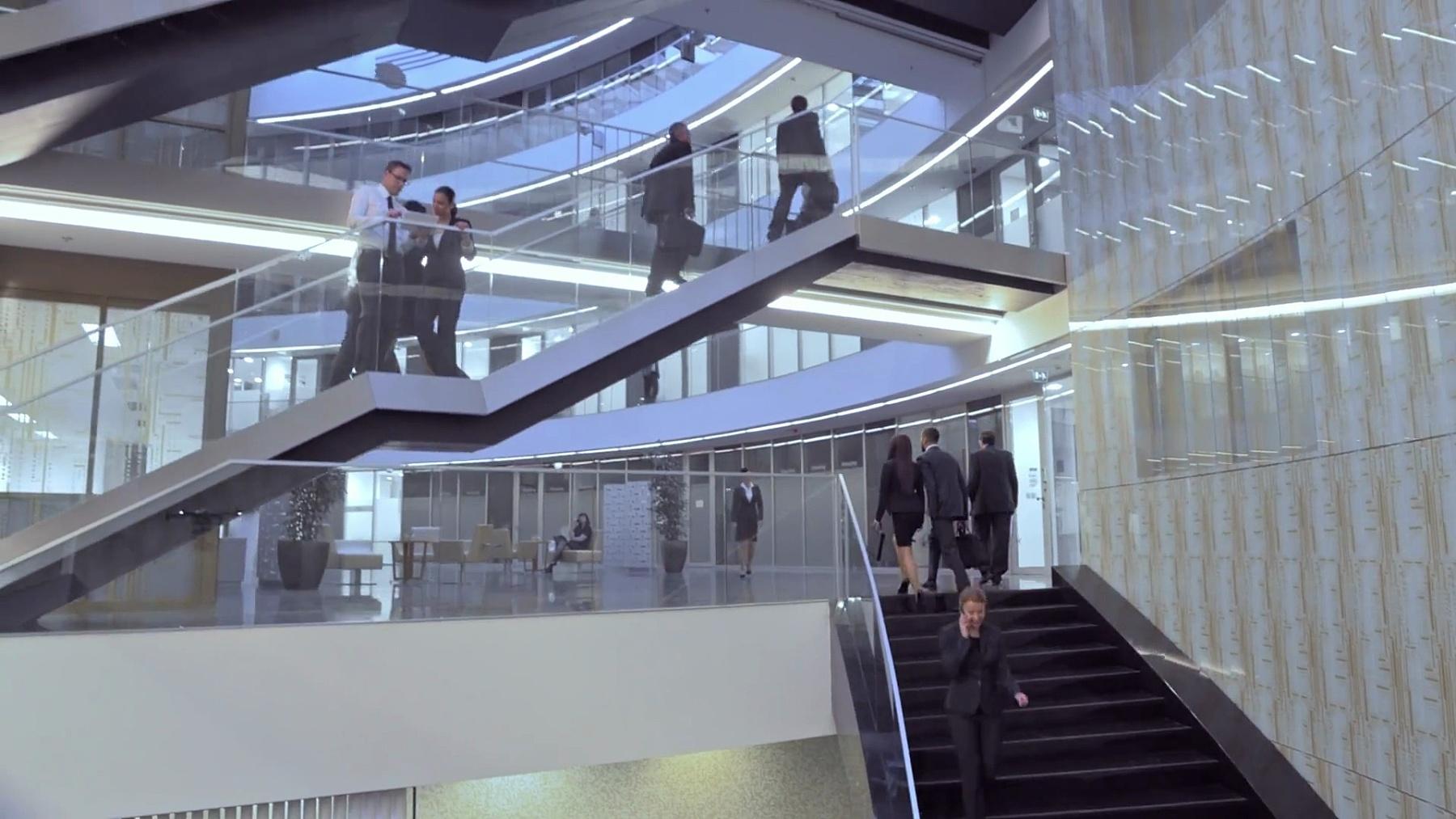 空中繁忙的商务楼楼梯