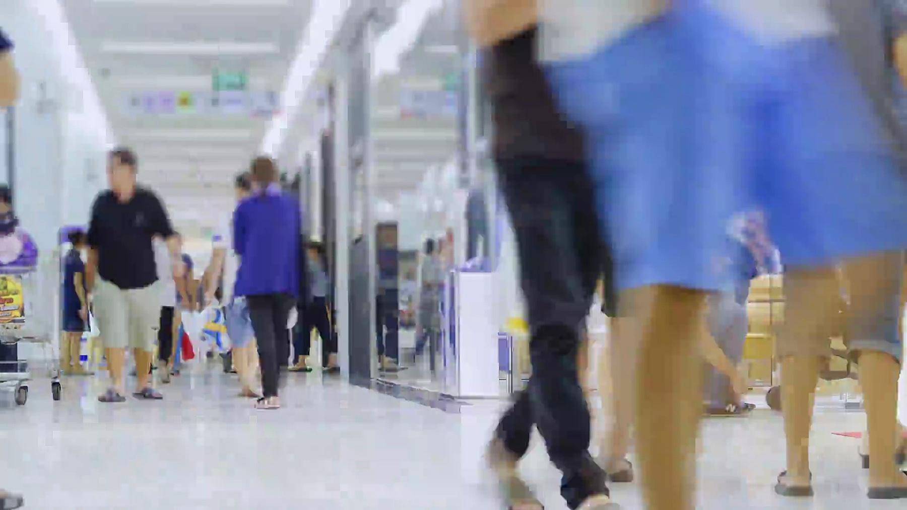 延时摄影4096x2160 人群在购物中心和走动商场与ProRes 422HQ.panning风格。