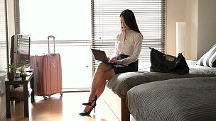 日本女商人在电脑酒店商务旅行房间工作