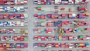 鸟瞰港口集装箱码头集装箱船舶进出口和商务物流