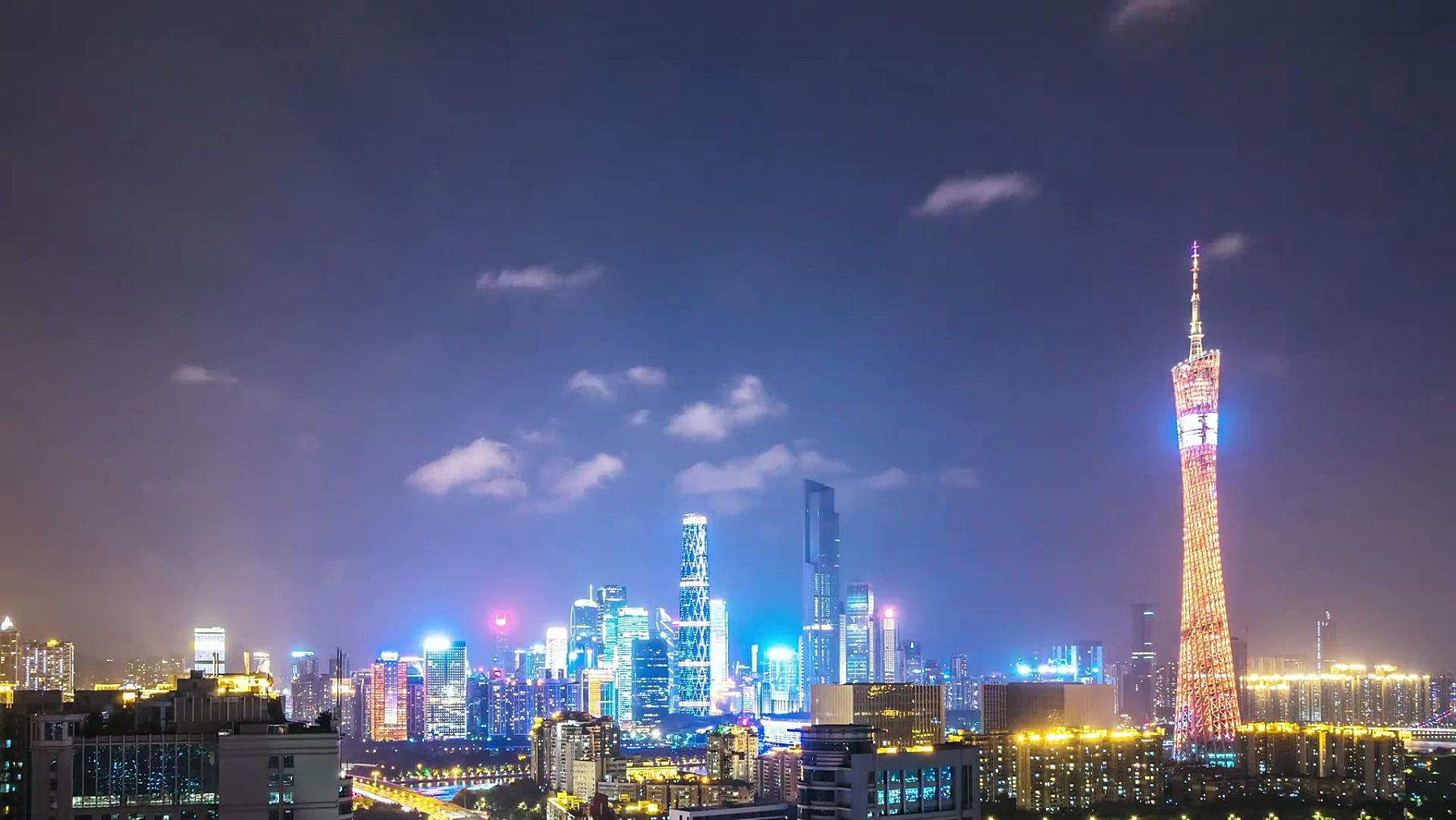 夜里广州塔附近的城市景观和新城市的天际线。时间间隔