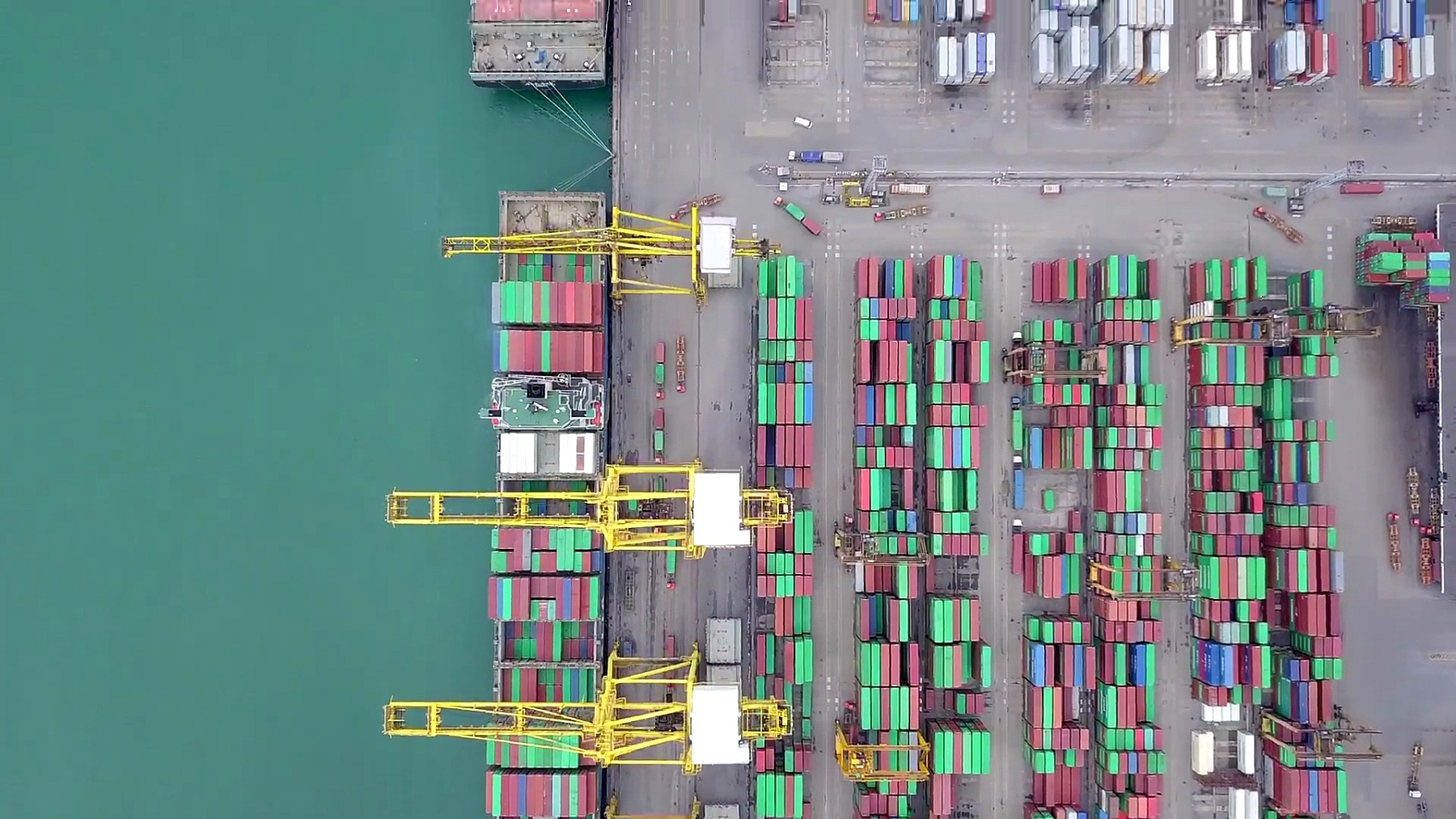 鸟瞰港口集装箱码头进出口集装箱船深水港商业物流