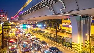 夜间现代城市市中心高架路下的道路交通。延时