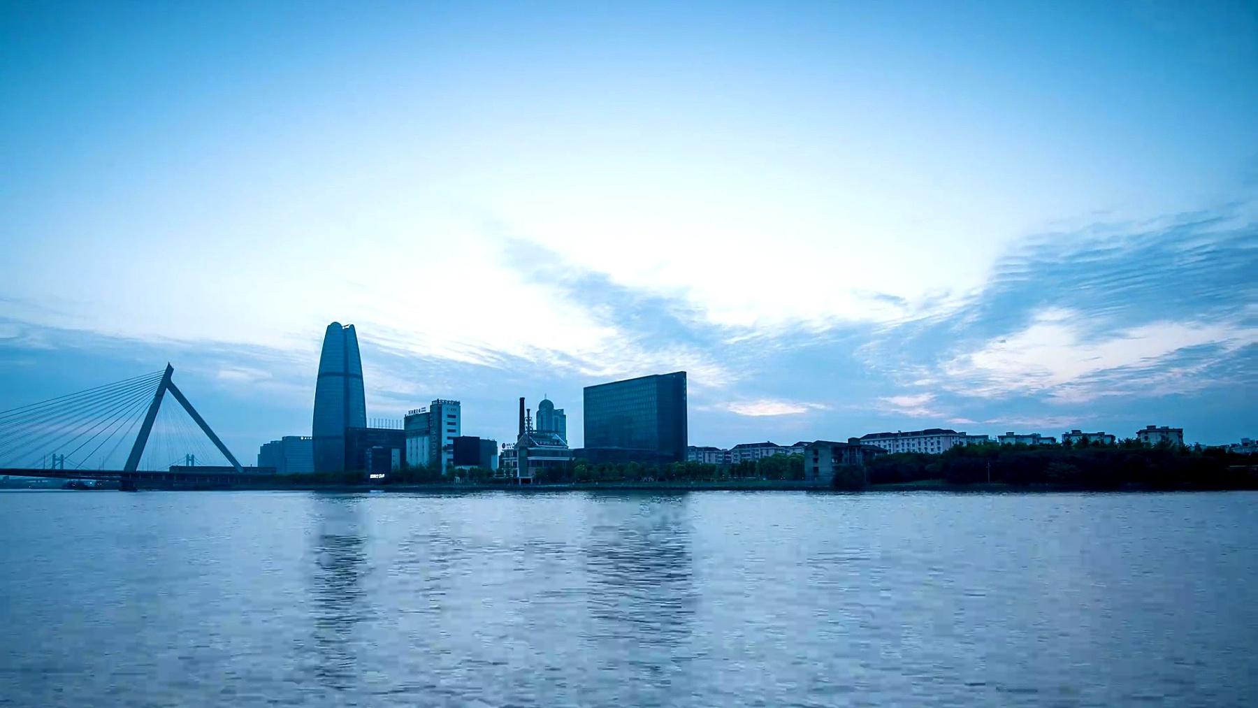 黎明时分宁波河岸的天际线和现代建筑,延时摄影。