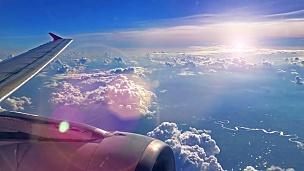 黄昏时窗外的飞机机翼和天空景色