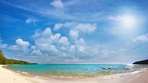 波涛汹涌的大海映衬着晴朗的天空