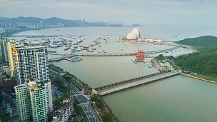 中国傍晚日落时间珠海市海湾著名歌剧院空中全景 延时摄影