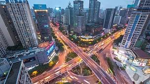 夜间消逝时现代城市中心区道路交叉口鸟瞰