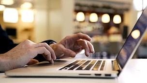 在社交媒体中使用笔记本电脑阅读电子邮件的人在互联网上查看页面
