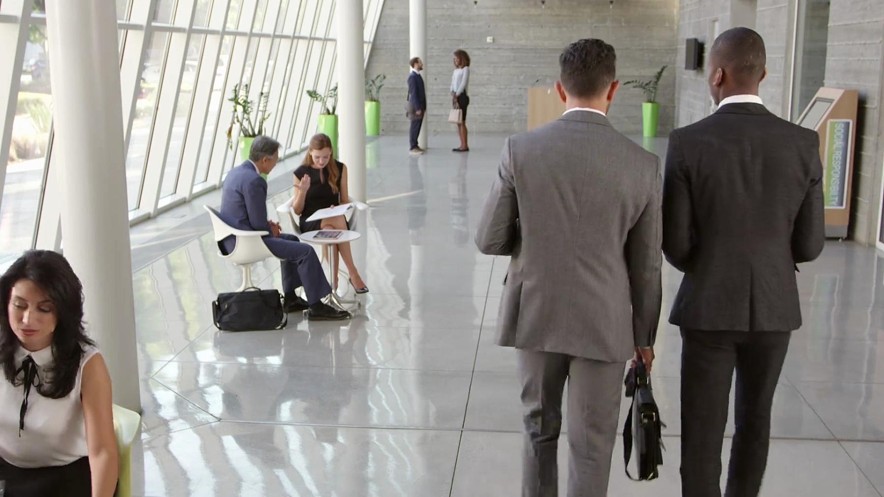 在R3D上拍摄繁忙的办公大堂区域的商务会议