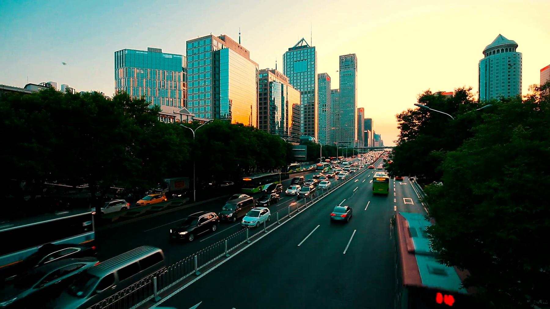 中国北京CBD日落时分的交通