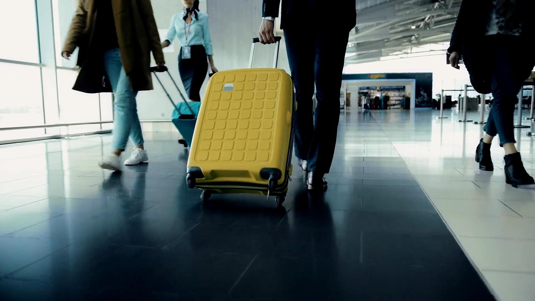 机场商人在旅客人群中行走的特写镜头