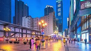 晚上,重庆街道和现代商业建筑上挤满了人。时间间隔