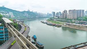 交通繁忙的道路附近的河流,天际线和重庆的城市景观。时间间隔