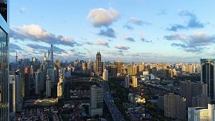 无人机拍摄  鸟瞰上海天际线在戏剧性的日落。