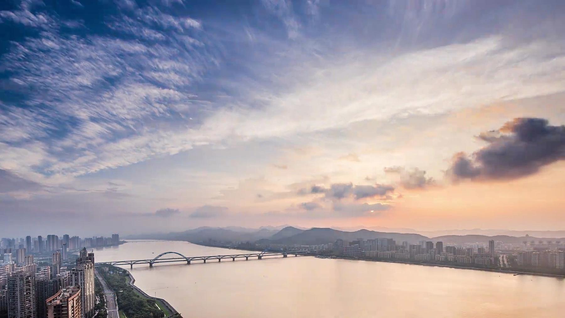 蓝天中的西湖夜景和杭州城市风光。时间间隔