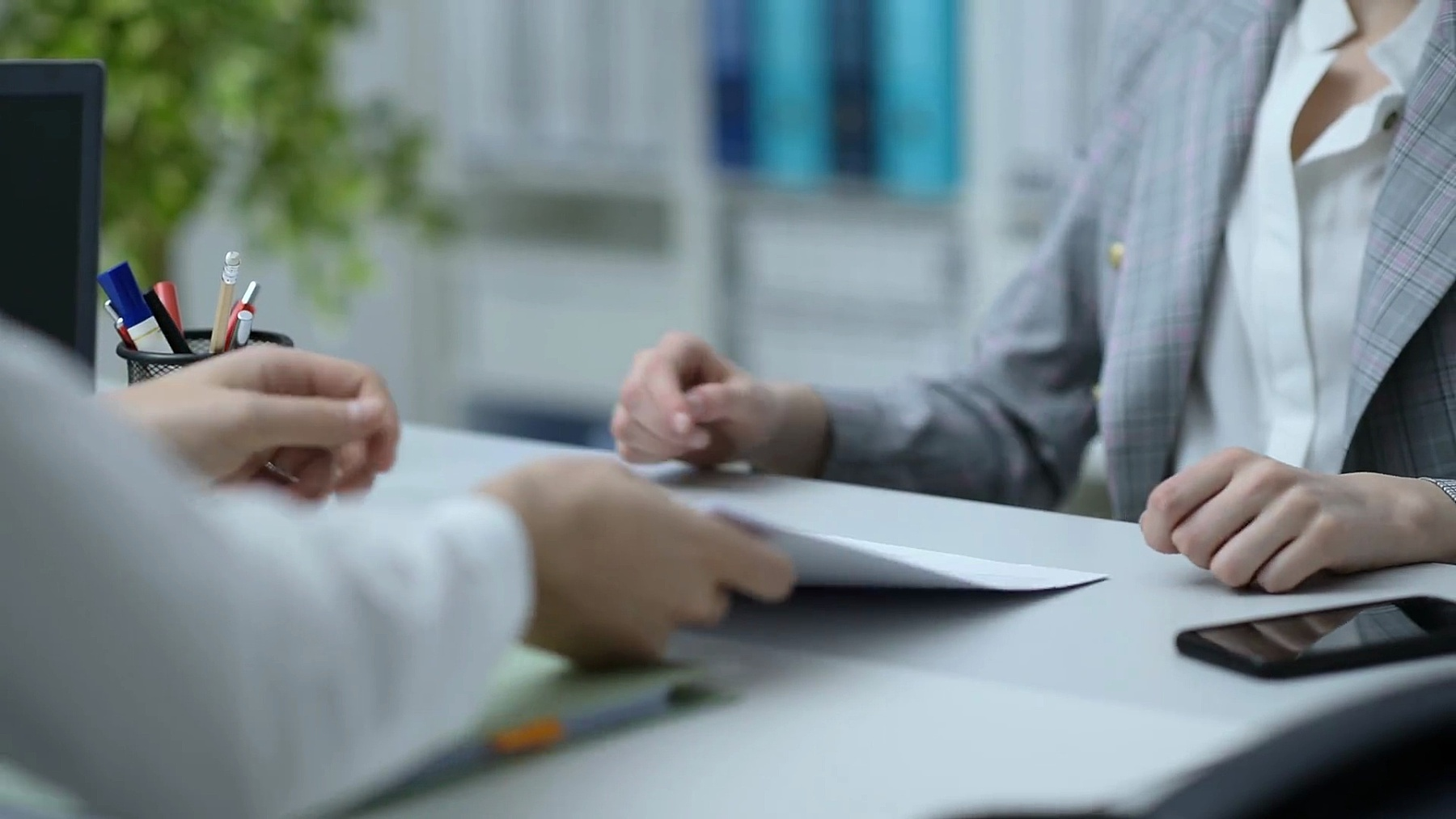 商务人员在办公室开会并签署合同、协议和伙伴关系概念