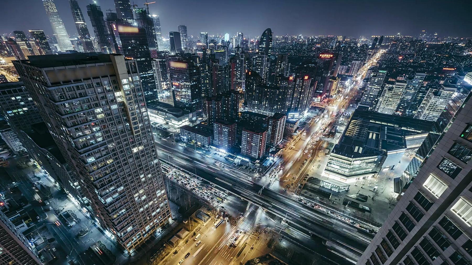 T/L WS HA鸟瞰北京天际线和夜间城市交通/北京,中国