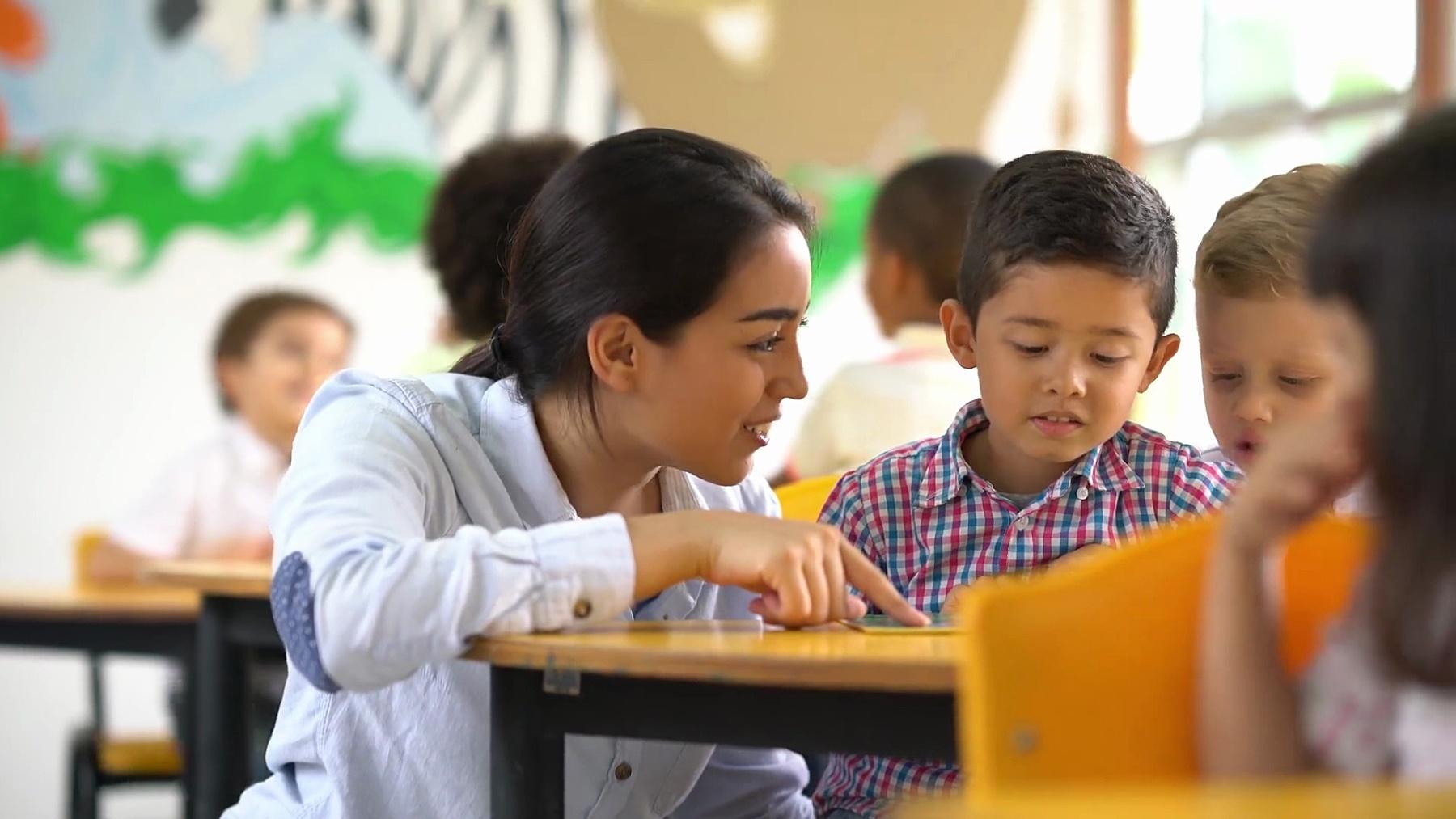 教师帮助学生理解任务