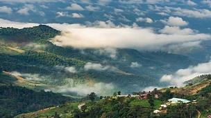 雾在山上翻滚,延时摄影