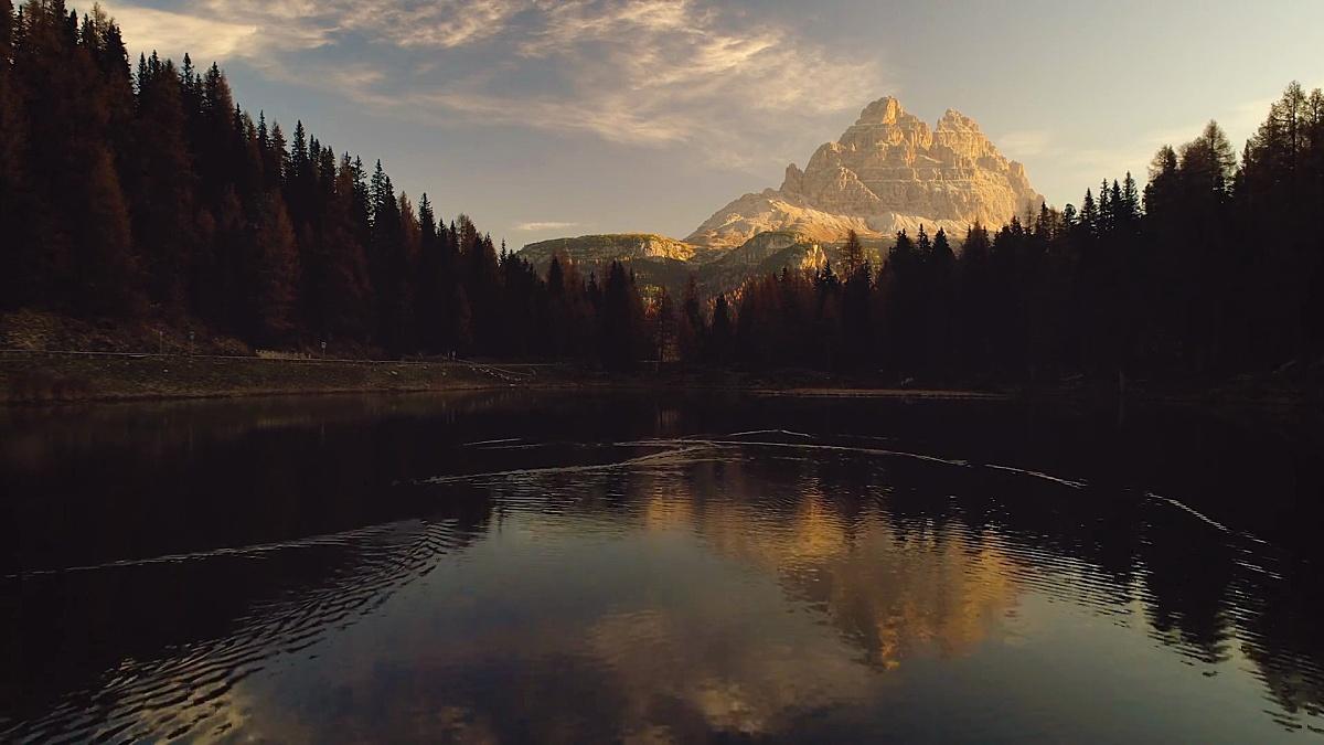 布雷斯湖和山。意大利阿尔卑斯山,白云石,意大利,欧洲丰富多彩的秋天景观。大自然之美