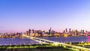 现代城市中靠近河流的现代建筑延时摄影