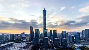 深圳现代建筑天际线从黄昏到夜晚/中国深圳。