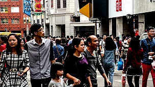 中国广州-2014年11月29日 人们漫步在著名的购物街-中国广州北京路