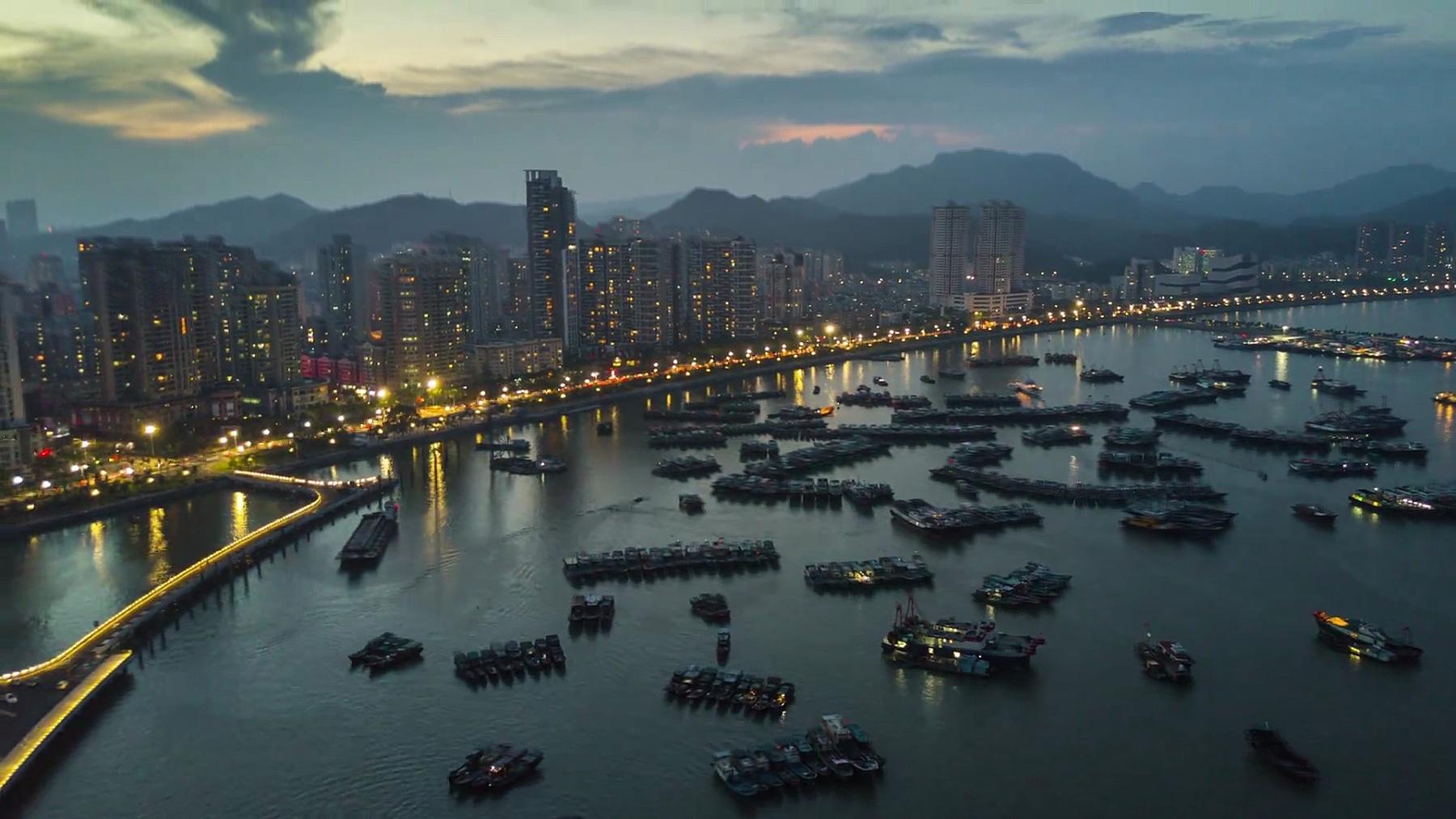 中国日落夜照亮珠海市海湾名港码头空中全景 时差