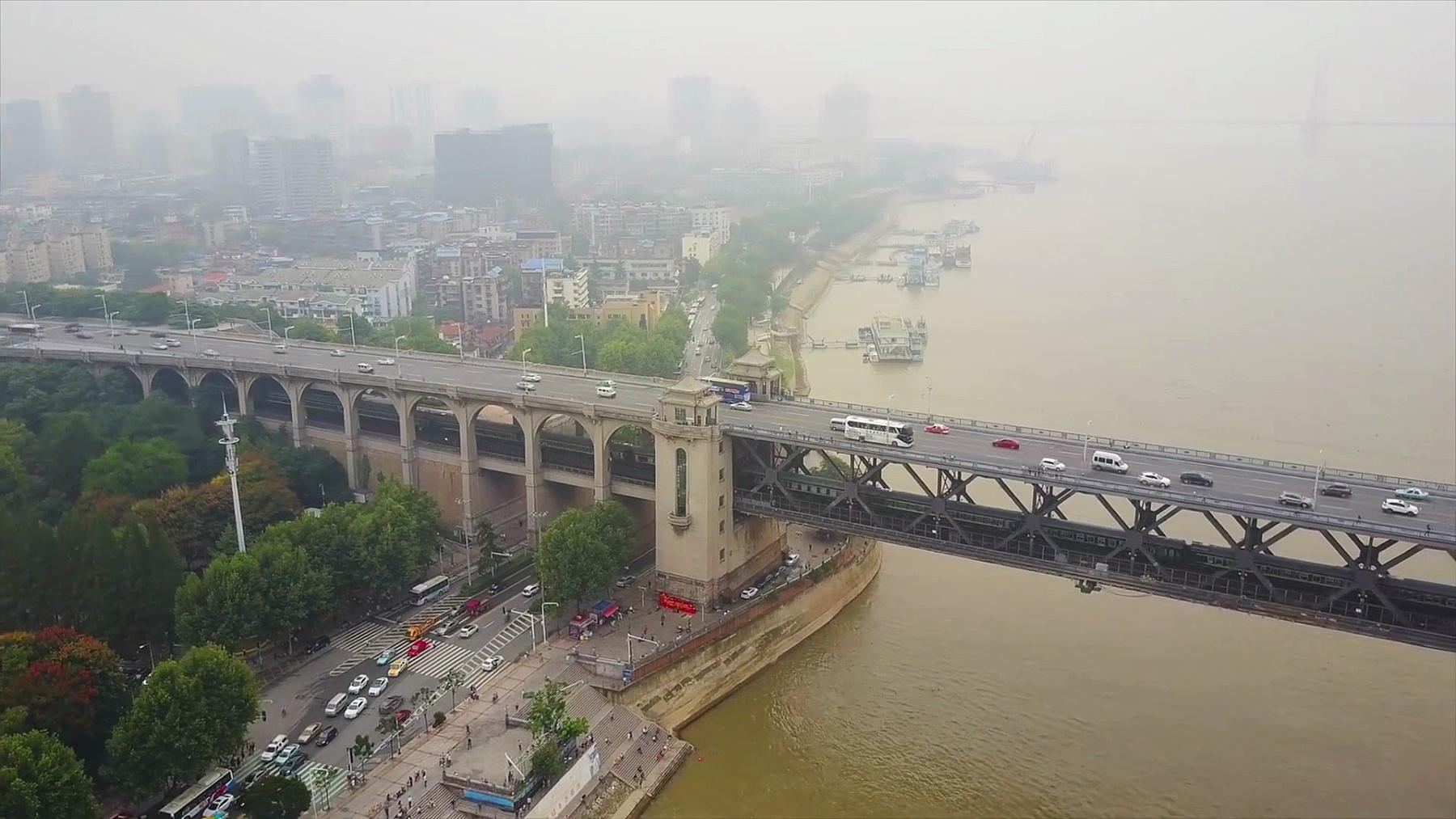 中国武汉市著名交通长江大桥海湾航空全景图