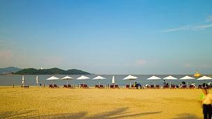 阳光明媚的珠海市海滩休闲区费舍尔女孩纪念碑全景 时光流逝中国