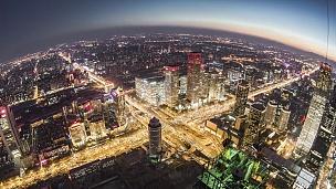 T/L HA TD北京城市天际线的鱼眼视图,黄昏到夜间过渡/中国北京