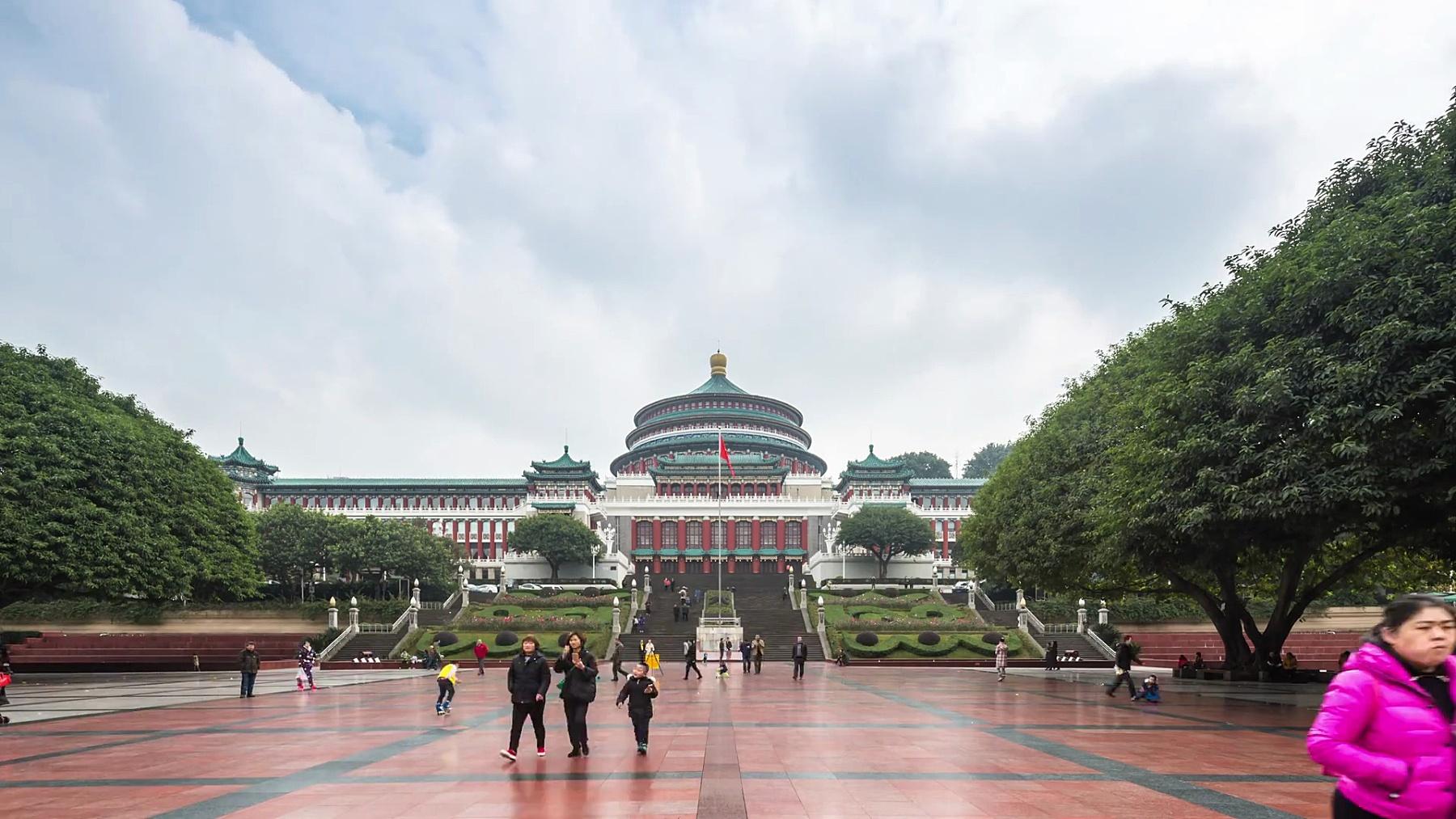 重庆著名广场上拥挤的人群。延时