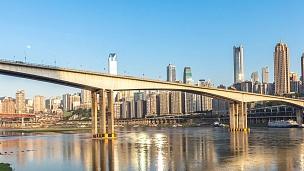 现代城市中现代建筑附近的河上混凝土桥。延时