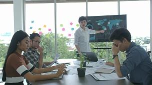 在现代办公室里,女老板因为在商务会议上的失败报告而对经理发火和咒骂