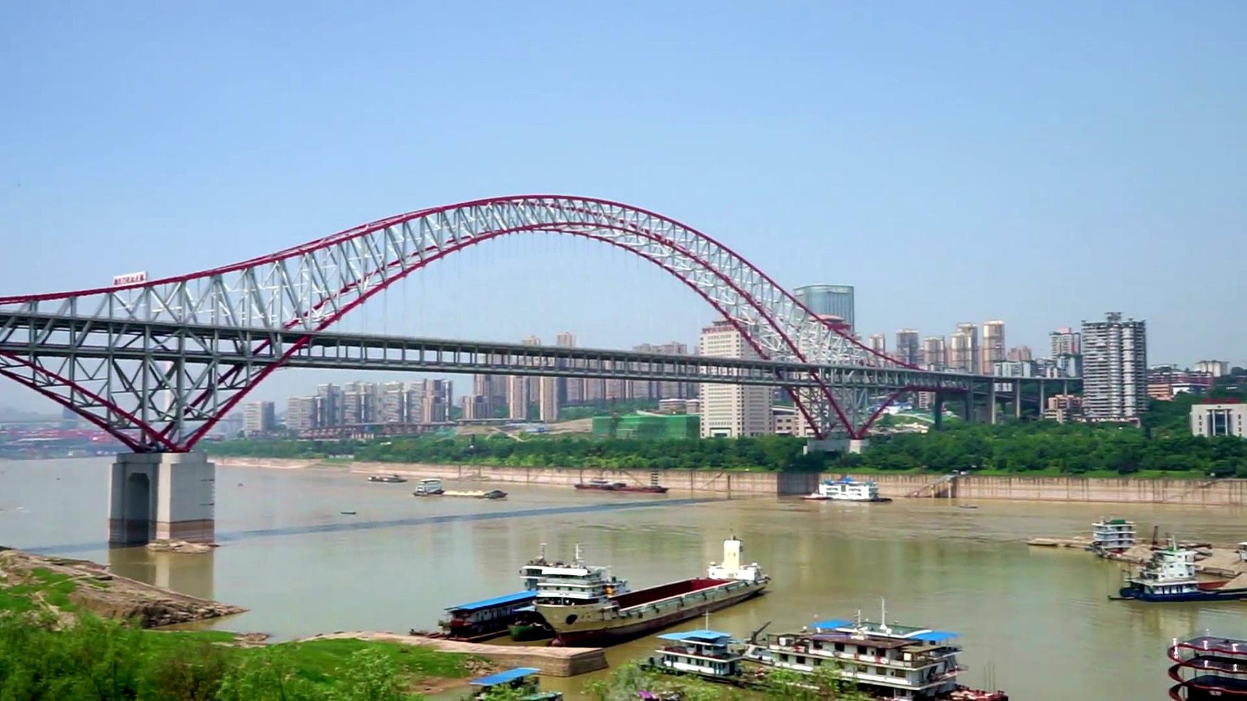 从河边看重庆的城市风光和天际线。