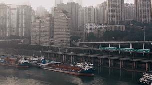 重庆市轻轨列车经过