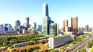 现代城市景观,北京的交通和天际线,延时摄影。