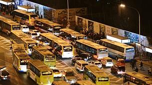 鸟瞰公共交通公交车拥堵/中国北京