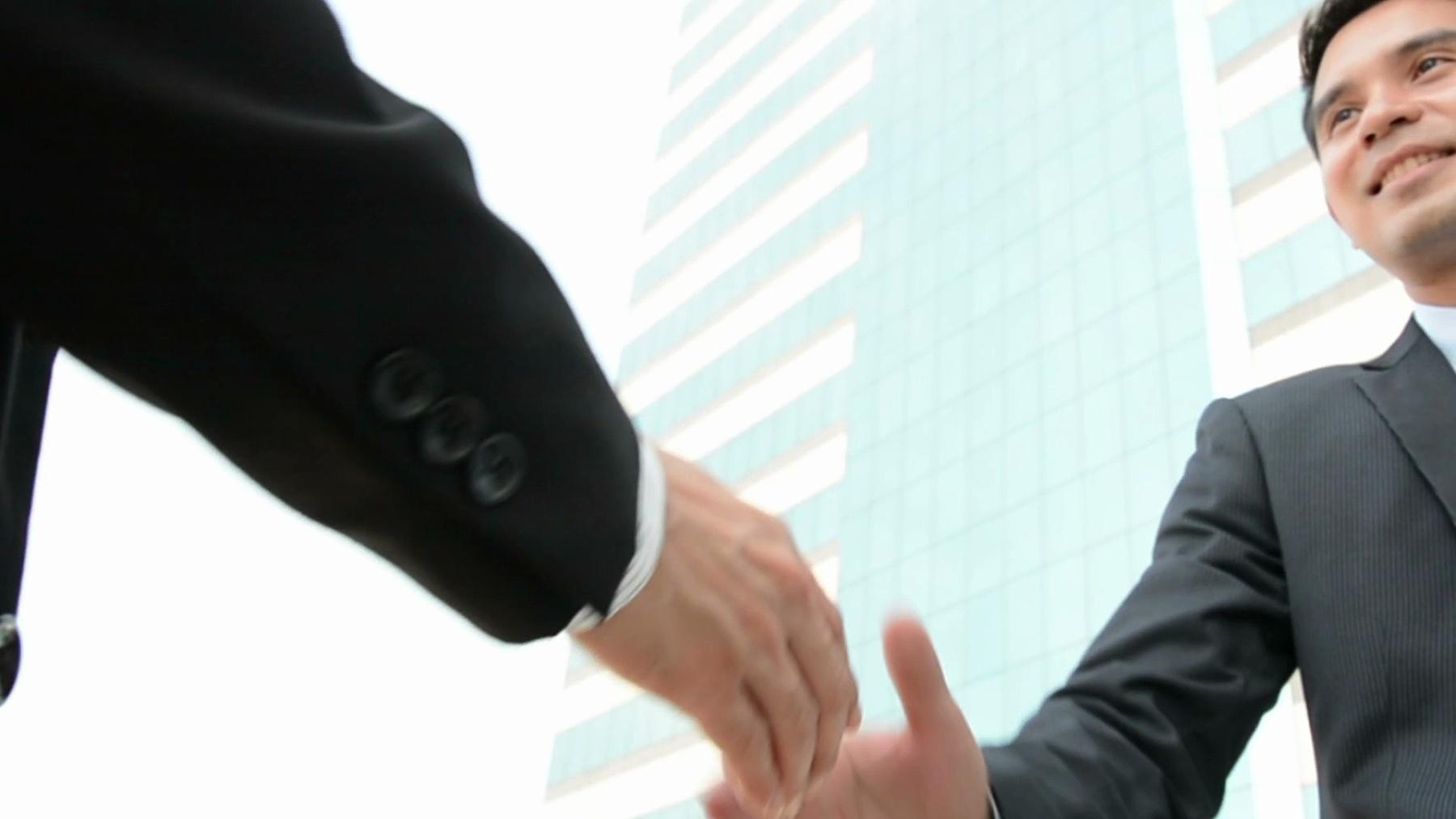 面带微笑的商人握手(慢动作)
