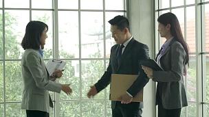 亚洲商人交谈和握手。