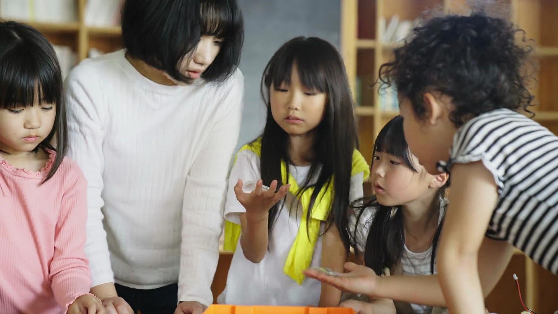 一群年轻的学生在机器人俱乐部玩得很开心
