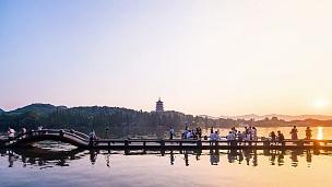 杭州西湖的新娘和宝塔从早到晚,延时摄影。